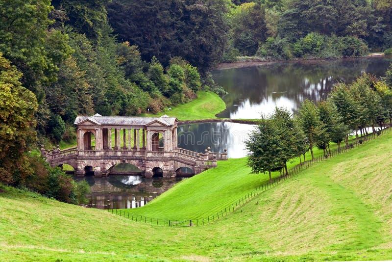 Palladian Brücke im vorherigen Park-Landschaftsgarten lizenzfreies stockbild