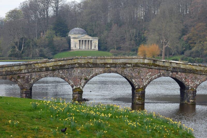 Palladian-Brücke, Pantheon und See, Stourhead, Stourton, Wiltshire, England stockfotografie