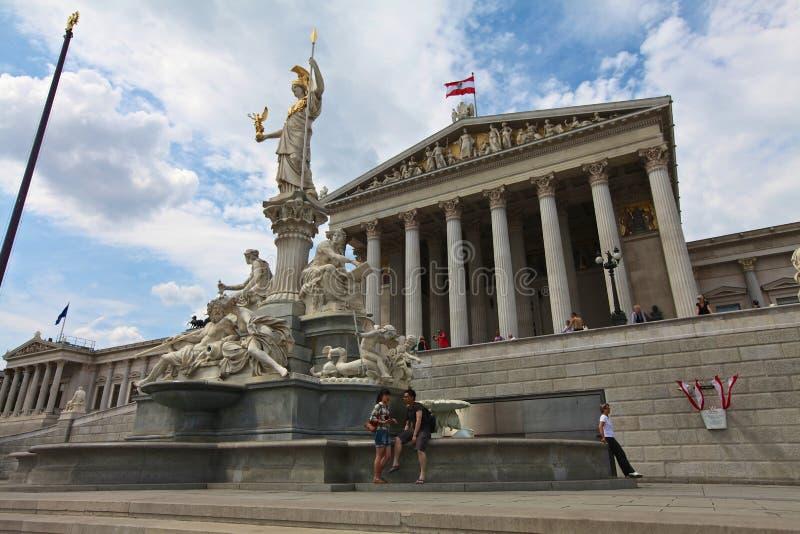 Pallas Athena Brunnen na frente do parlamento de Viena fotos de stock
