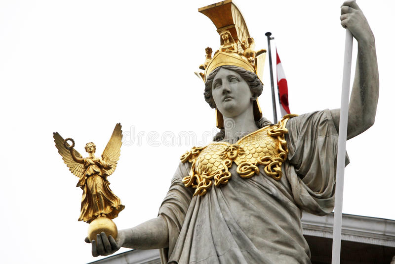 Pallas Athene Greek gudinna av vishet framme av den österrikiska parlamentet, Wien royaltyfri foto