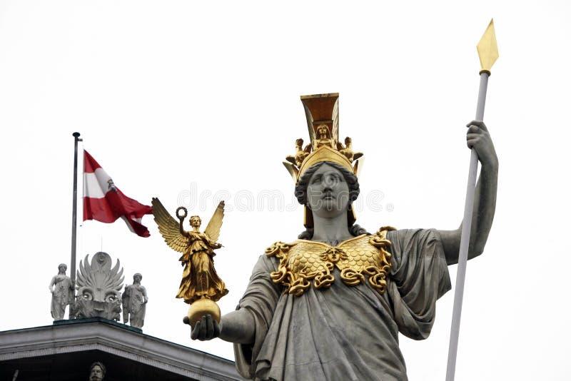 Pallas Athene Greek gudinna av vishet framme av den österrikiska parlamentet, Wien arkivbild