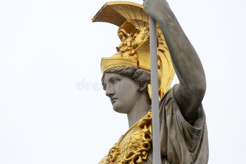 Pallas Athene Greek gudinna av vishet framme av den österrikiska parlamentet, Wien royaltyfri fotografi
