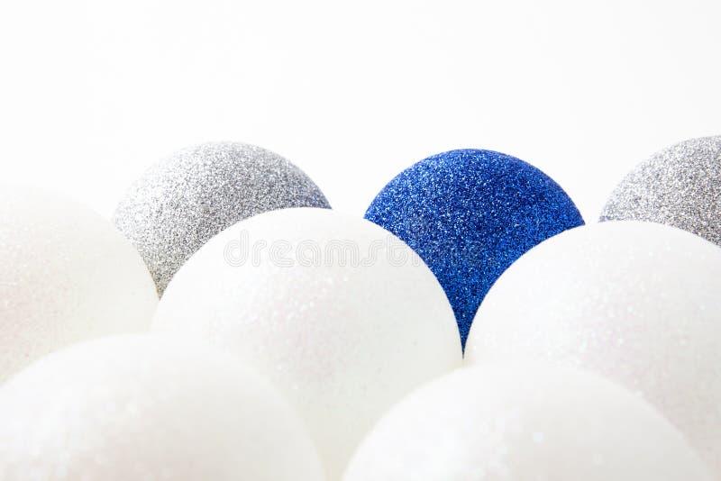 Palle bianche, blu e d'argento di Natale su un fondo leggero, il concetto della celebrazione e gioia fotografia stock libera da diritti
