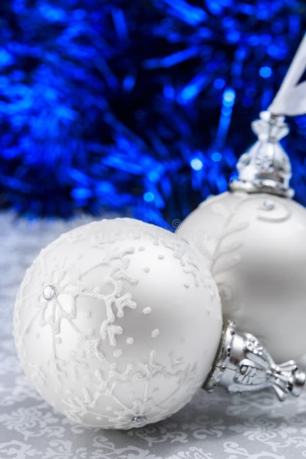 Palle bianche e d'argento di natale sul fondo blu scuro del bokeh con spazio per testo Carta di Buon Natale Natale fotografia stock