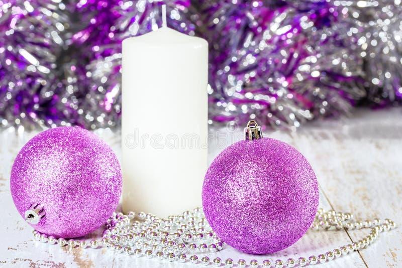 Palle, candela e perle lilla di Natale immagine stock