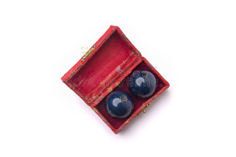 Palle cinesi di Yin Yan in una scatola rossa isolata su un fondo bianco fotografia stock libera da diritti