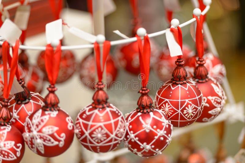 Palle d'attaccatura degli ornamenti di Natale al negozio immagine stock libera da diritti