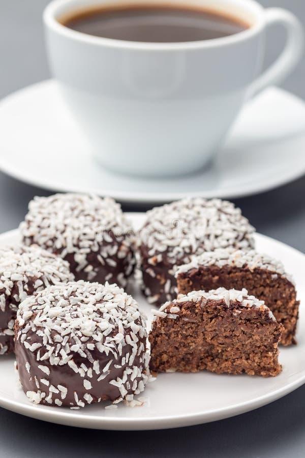 Palle del cioccolato di dolci o chokladbollar svedesi, fatto dall'avena, cacao, burro e noce di cocco, sul piatto bianco, servito immagine stock