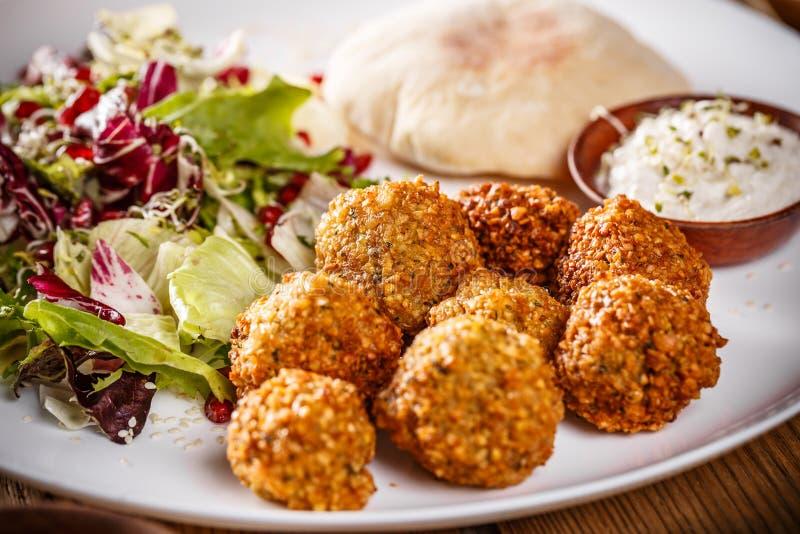 Palle del falafel del cece immagini stock