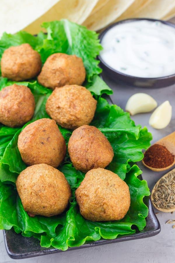 Palle del falafel del cece con le verdure e la salsa, verticali fotografie stock libere da diritti