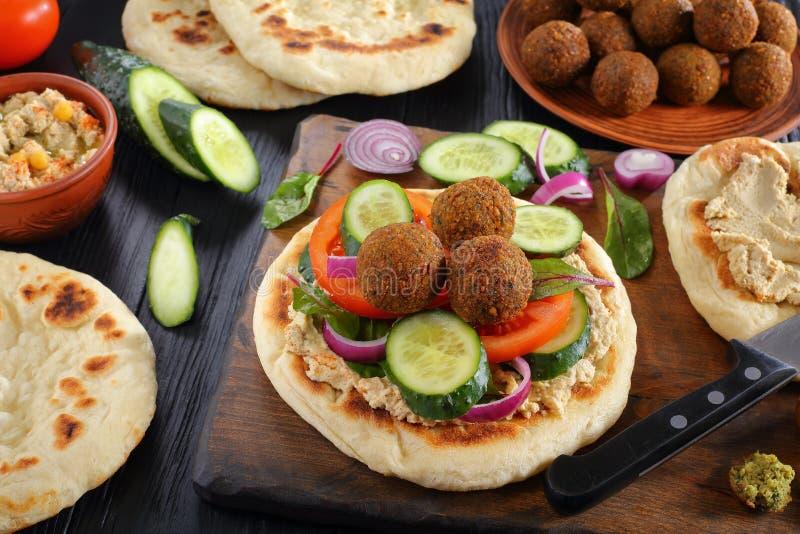 Palle del Falafel sul pane fritto della pita fotografia stock libera da diritti