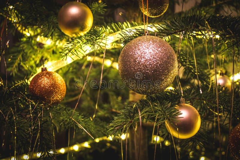 Palle del partito del nuovo anno sull'albero di Natale immagine stock libera da diritti