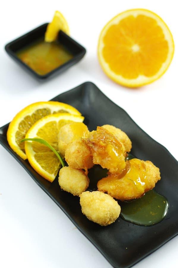 Palle del pollo fritto con salsa arancio sul vassoio nero immagine stock libera da diritti