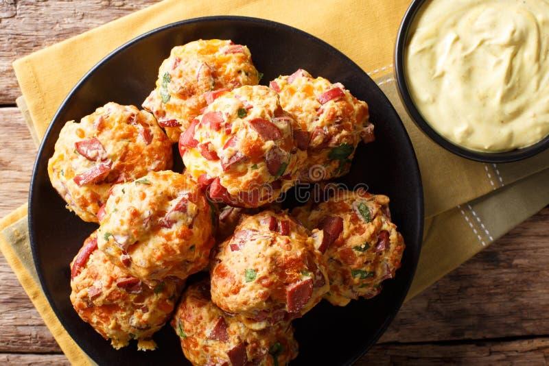 Palle deliziose di recente al forno della salsiccia con il cheddar del formaggio ed il gr fotografia stock libera da diritti