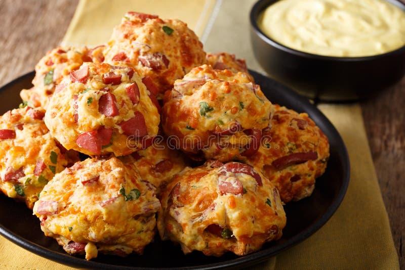 Palle deliziose di recente al forno della salsiccia con il cheddar del formaggio ed il gr fotografia stock