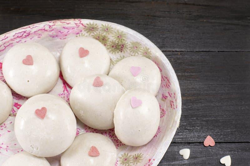 Palle della cioccolata bianca con i cuori fotografie stock libere da diritti