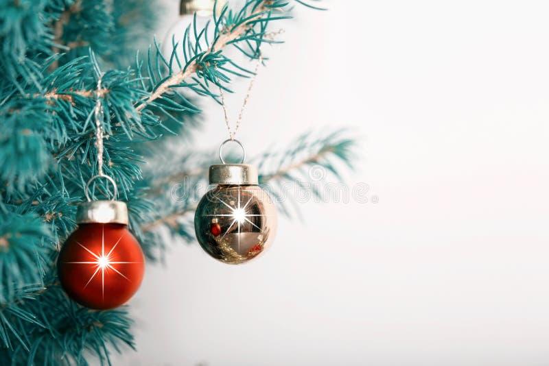 Palle della decorazione di Natale sul nastro sul ramo di albero fotografia stock