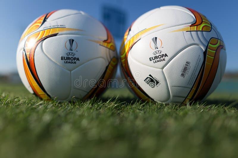 Palle di calcio della lega di europa sul campo immagini stock