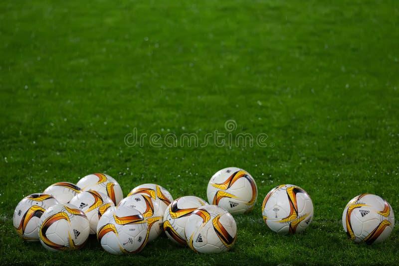 Palle di calcio della lega di europa sul campo fotografia stock