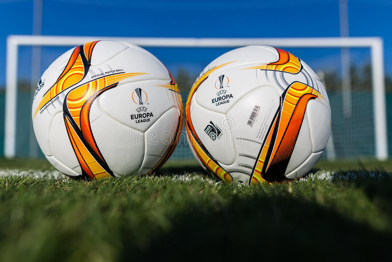 Palle di calcio della lega di europa sul campo fotografie stock