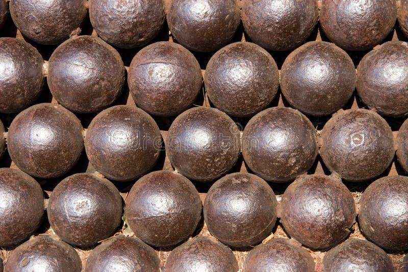 Palle di cannone medioevali in una riga immagini stock libere da diritti
