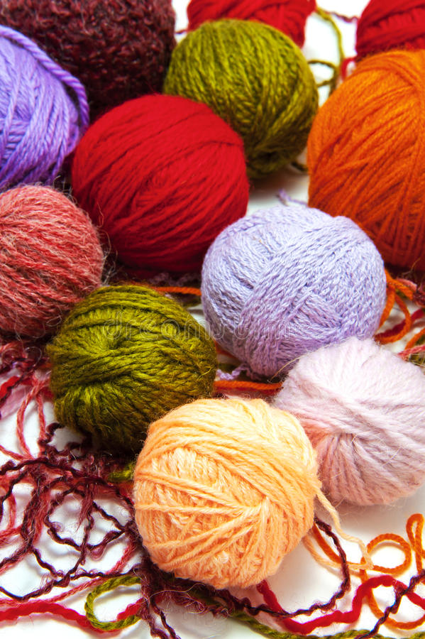 Palle di lana su un fondo bianco immagine stock libera da diritti