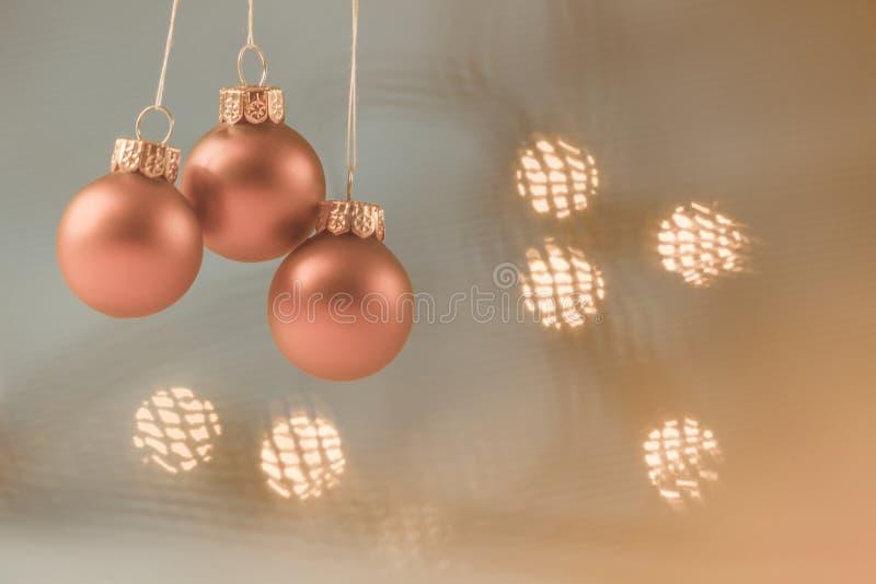 Palle di Natale con il fondo della luce morbida fotografia stock