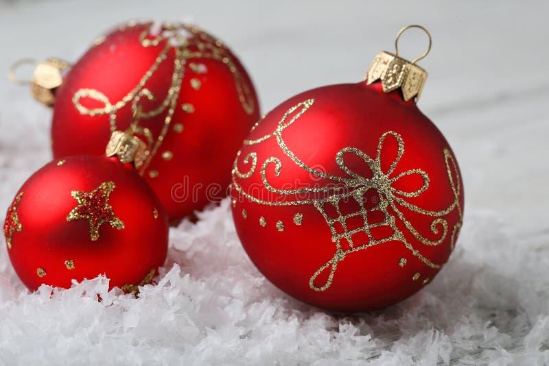 Palle di Natale con le decorazioni su neve fotografia stock
