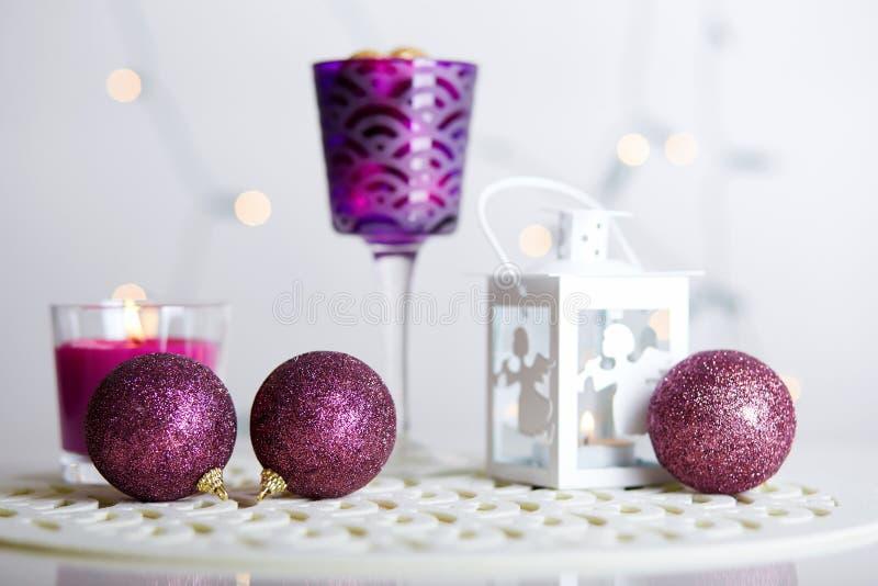 Palle di Natale e lanterna brillante con una candela immagine stock libera da diritti