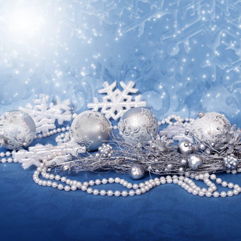 Palle di Natale e perle e neve d'argento fotografia stock