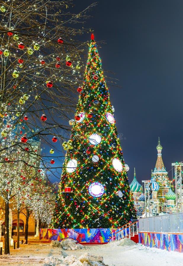 Palle di Natale sui rami di albero in quadrato rosso fotografia stock libera da diritti