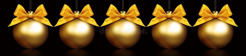 Palle dorate di Natale che appendono nel fondo nero immagine stock