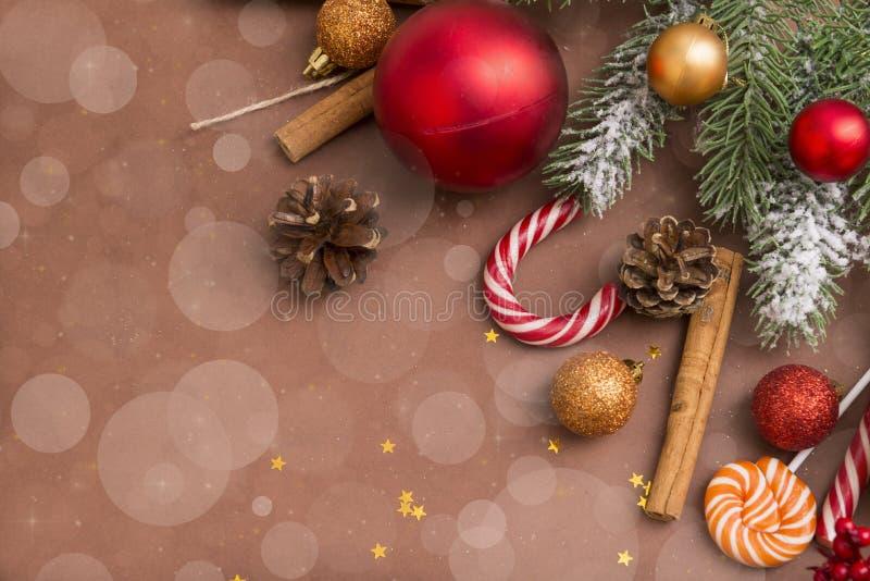 Palle dorate e rosse di Natale, ramo attillato, dolci, coni, cinna immagine stock