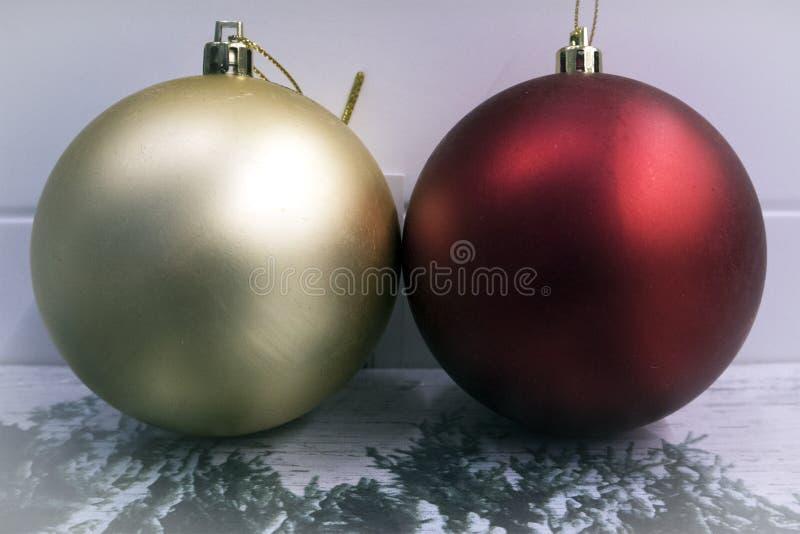 Palle dorate e rosse luminose di Natale che si trovano insieme primo piano fotografia stock