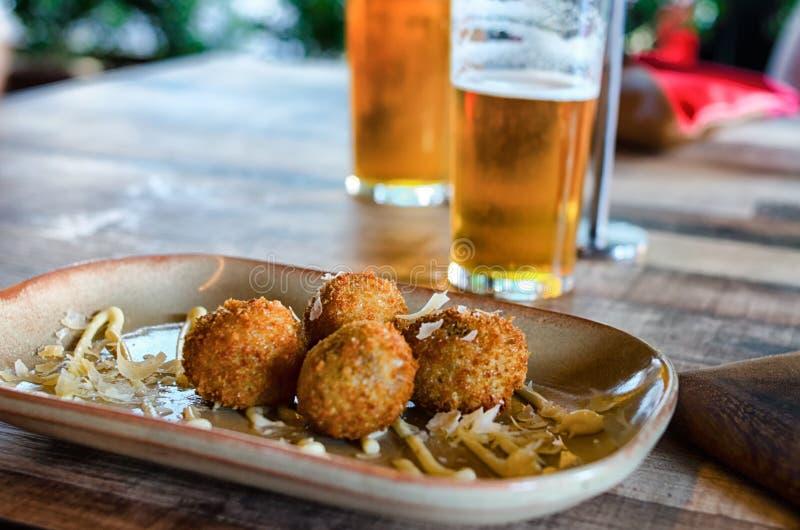 Palle e birra di Arancini fotografia stock