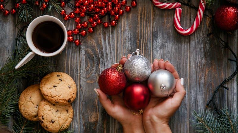 Palle festive della decorazione di festa dell'ornamento di Natale fotografie stock libere da diritti