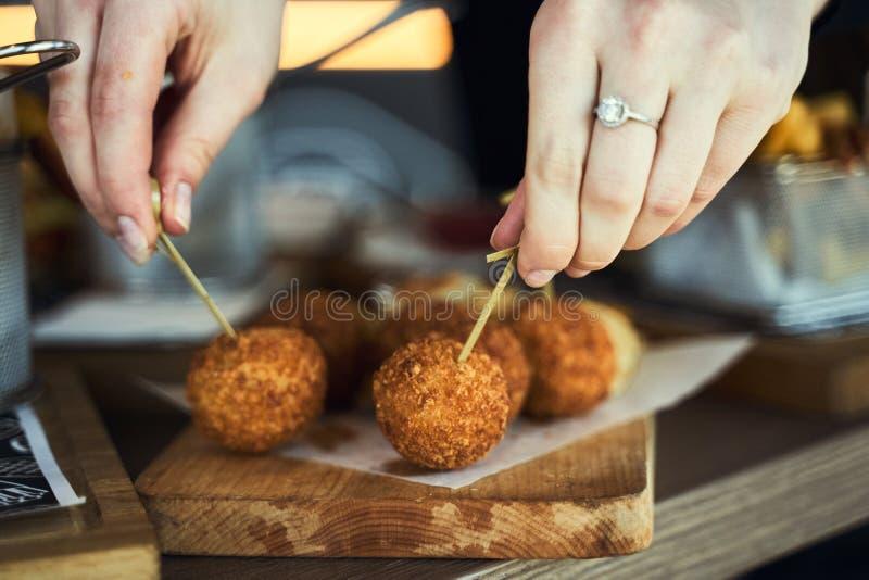 Palle fritte per Mac e formaggi servite con ketch fotografia stock libera da diritti