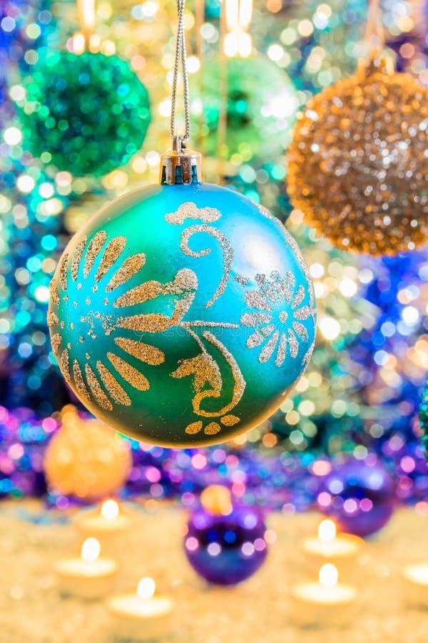 Palle multicolori di Natale sul bokeh del fondo, primo piano fotografia stock libera da diritti