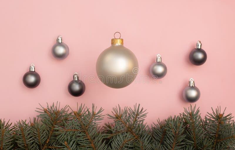 Palle multiple di Natale della perla sui precedenti rosa con i rami di pino immagine stock libera da diritti