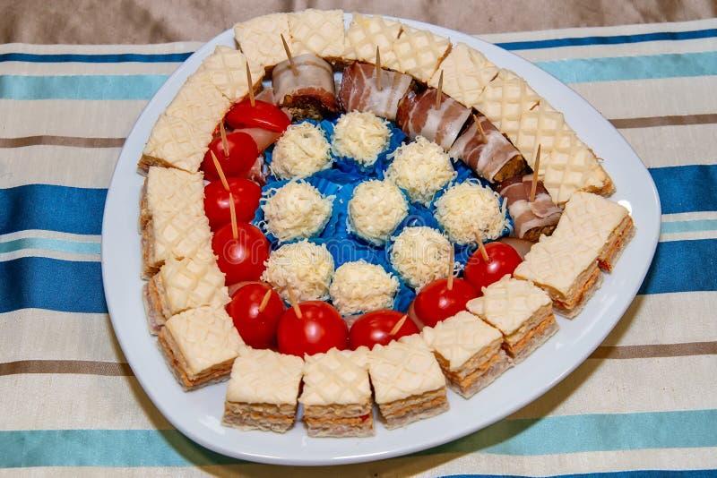 Palle salate del formaggio, del dolce, bacon e pomodoro ciliegia immagini stock