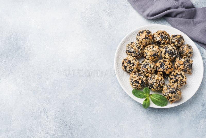 Palle sane di energia fatte dei frutti e dei dadi secchi con la farina d'avena ed i muesli Caramella cruda del vegano immagine stock libera da diritti