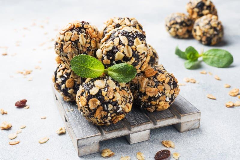 Palle sane di energia fatte dei frutti e dei dadi secchi con la farina d'avena ed i muesli Caramella cruda del vegano immagini stock