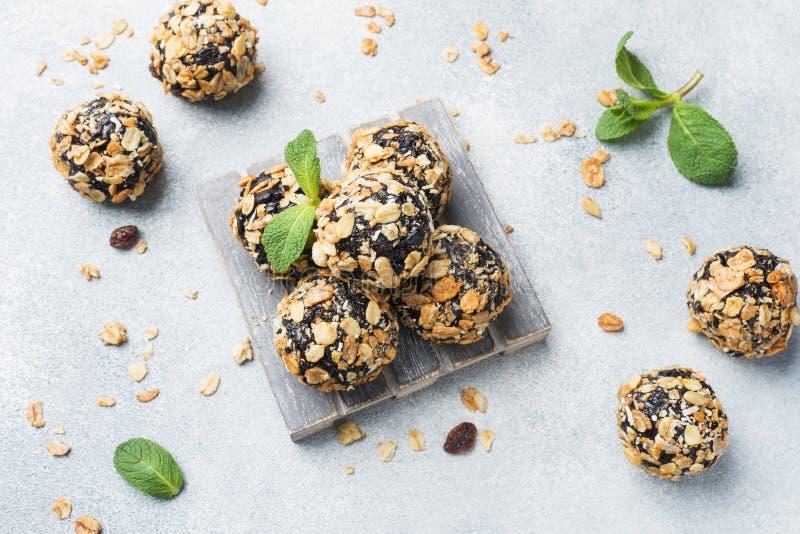 Palle sane di energia fatte dei frutti e dei dadi secchi con la farina d'avena ed i muesli Caramella cruda del vegano fotografia stock