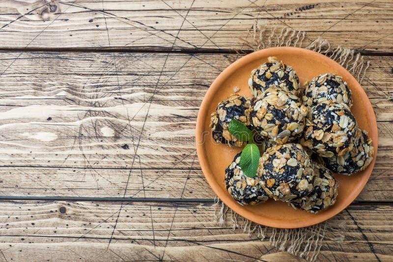 Palle sane di energia fatte dei frutti e dei dadi secchi con la farina d'avena ed i muesli Caramella cruda del vegano immagini stock libere da diritti