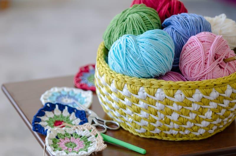 Palle variopinte di lana e del filo knitting fotografia stock