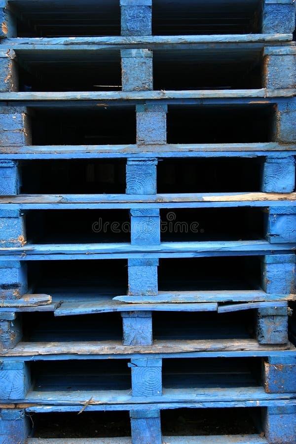 Pallet di legno blu immagine stock