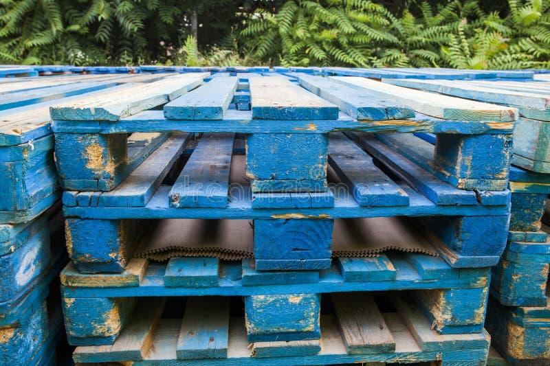 Pallet di legno blu fotografie stock