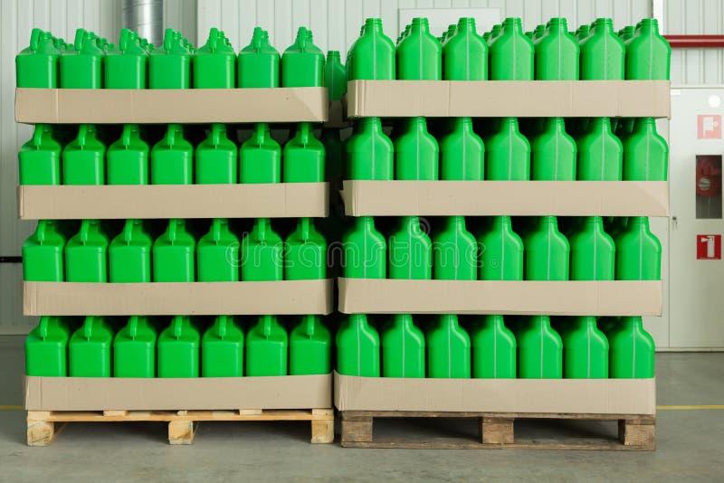 Pallet di legno con le latte di plastica fotografia stock libera da diritti