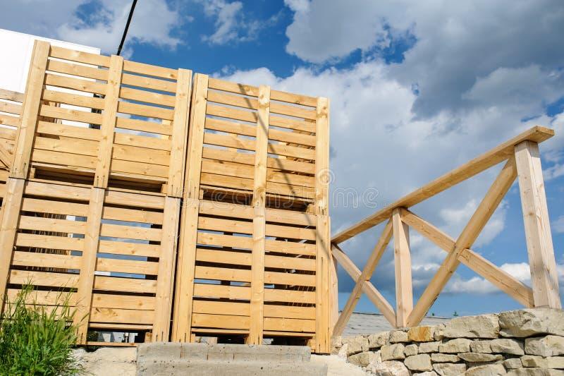 Pallet di legno sistemati nella fila fotografie stock libere da diritti