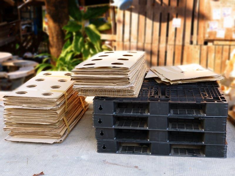 Pallet di plastica e cartone impilato fotografia stock